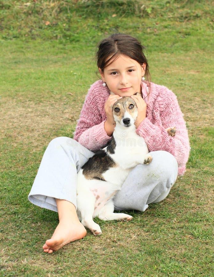 孩子-使用与滑稽的狗的女孩 图库摄影