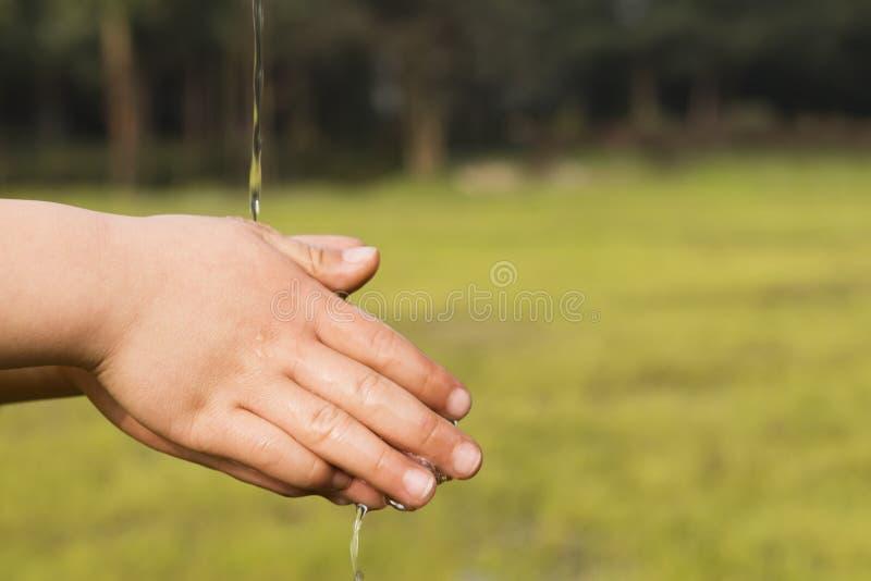 孩子洗涤的手 免版税库存图片