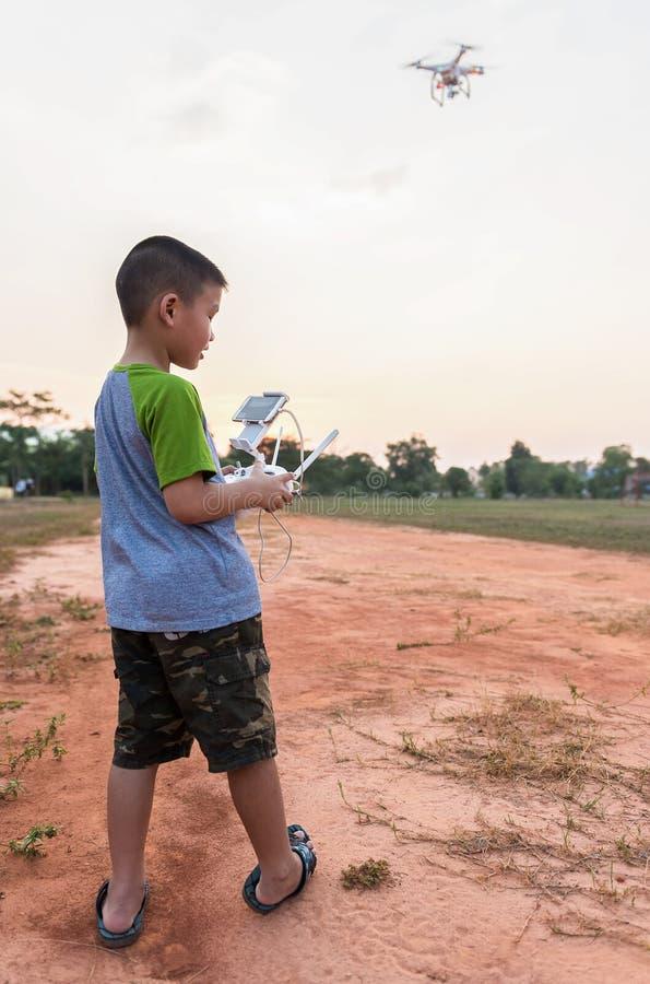 孩子画象与户外quadcopter寄生虫的 免版税图库摄影