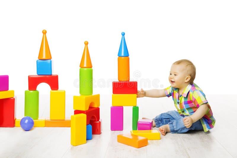 婴孩孩子戏剧块戏弄大厦,演奏建设者的儿童男孩 免版税库存照片