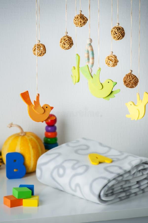 婴孩小儿床机动性和孩子玩具 库存照片