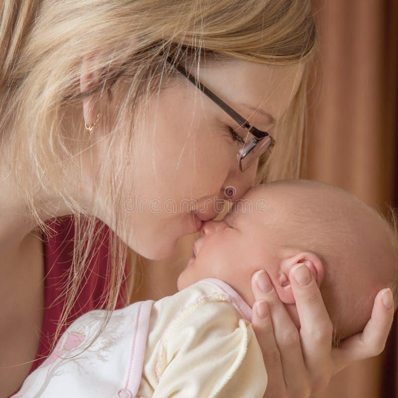 婴孩新出生她的母亲 图库摄影