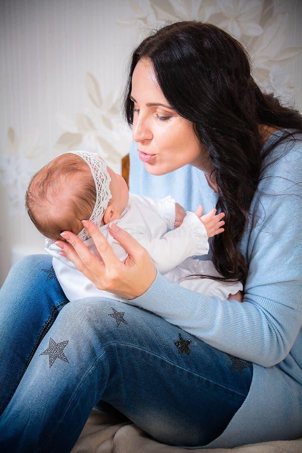 婴孩新出生她的母亲 库存图片