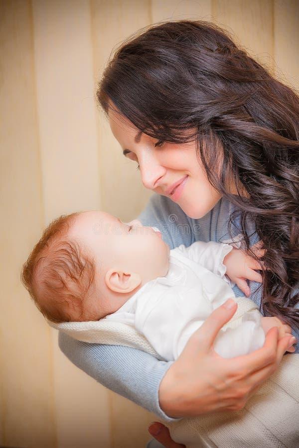 婴孩新出生她的母亲 免版税库存照片