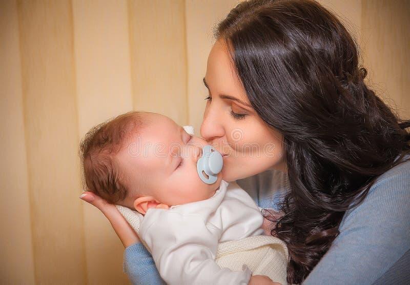 婴孩新出生她的母亲 库存照片