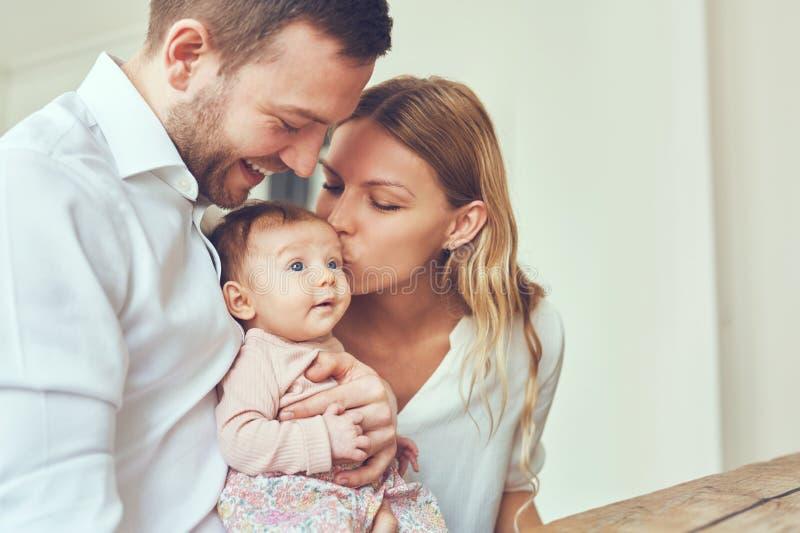 婴孩的亲吻 免版税库存照片
