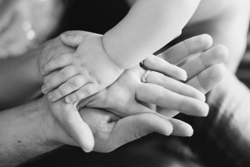 婴孩的和父母的手特写镜头  黑白照片 免版税库存图片