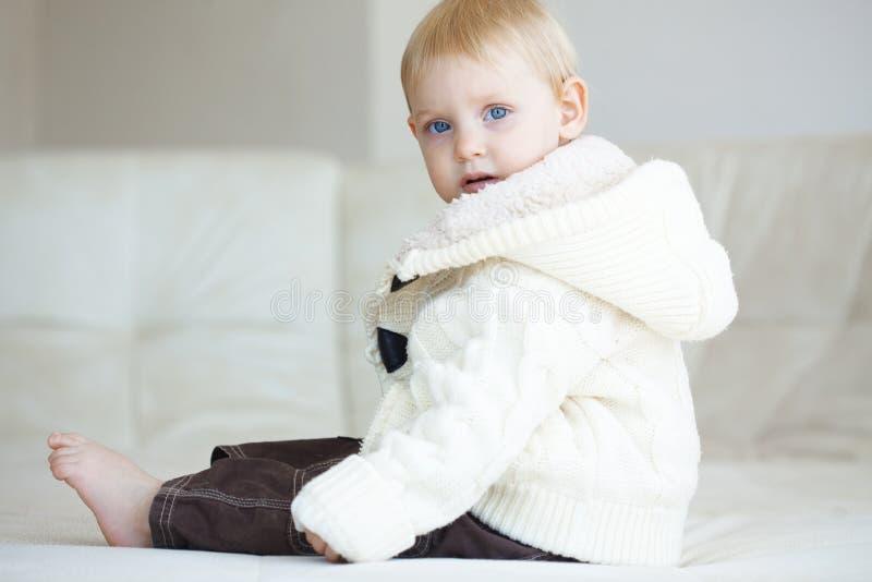 Download 小孩 库存照片. 图片 包括有 敬慕, 女孩, 龙舌兰, 衣裳, 舒适, bedaub, 照相机, 基本 - 30332742