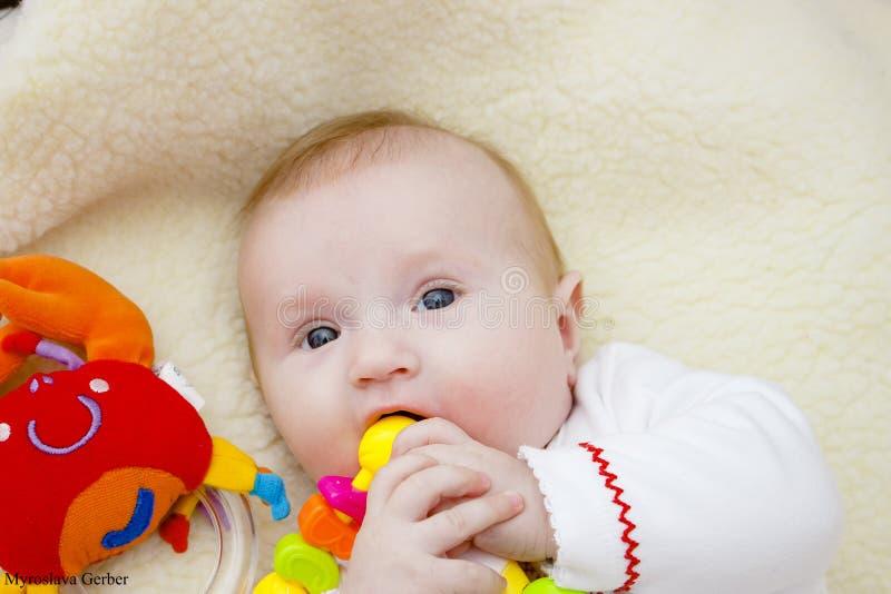 婴孩笑 婴孩愉快的母亲 库存照片