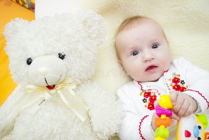婴孩笑 婴孩愉快的母亲 免版税库存图片