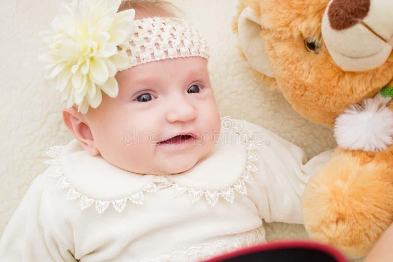 婴孩笑 婴孩愉快的母亲 免版税图库摄影