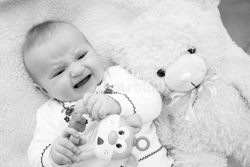 婴孩笑 婴孩愉快的母亲 免版税库存照片