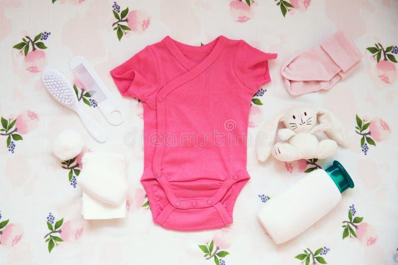 婴孩衣裳和必要织品背景 免版税库存图片