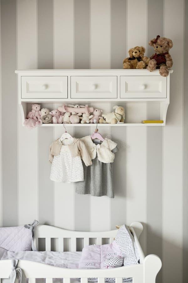 婴孩衣裳,儿童时尚的概念 平的位置儿童` s衣物和辅助部件 婴孩与拷贝的模板背景 免版税库存图片