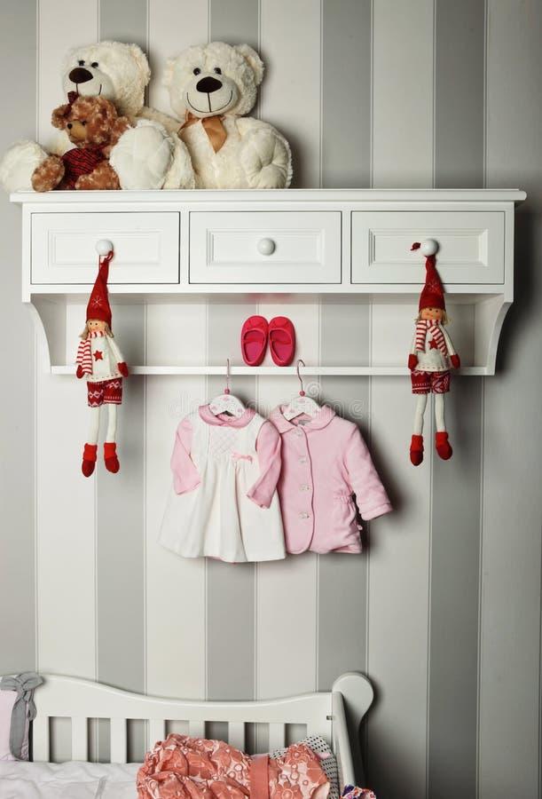 婴孩衣裳,儿童时尚的概念 平的位置儿童` s衣物和辅助部件 婴孩与拷贝的模板背景 图库摄影