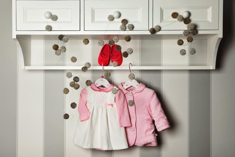 婴孩衣裳,儿童时尚的概念 平的位置儿童` s衣物和辅助部件 婴孩与拷贝的模板背景 免版税库存照片