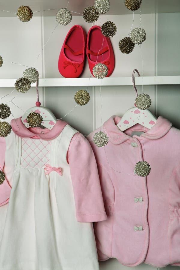 婴孩衣裳,儿童时尚的概念 平的位置儿童` s衣物和辅助部件 婴孩与拷贝的模板背景 免版税图库摄影