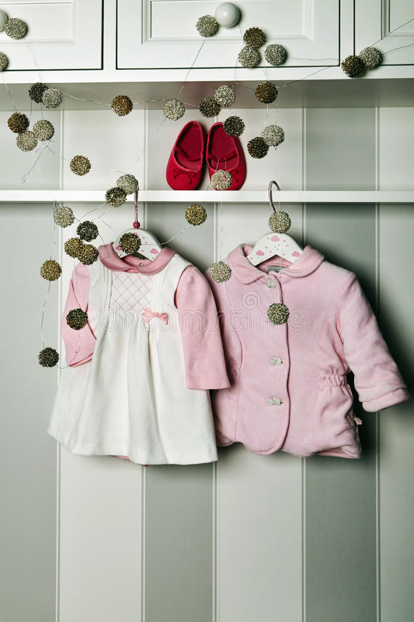 婴孩衣裳,儿童时尚的概念 平的位置儿童` s衣物和辅助部件 婴孩与拷贝的模板背景 库存照片