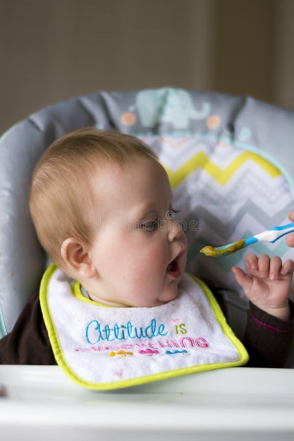 婴孩被喂养女孩 库存照片