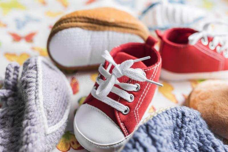 婴孩运动鞋、起动和赃物 免版税图库摄影
