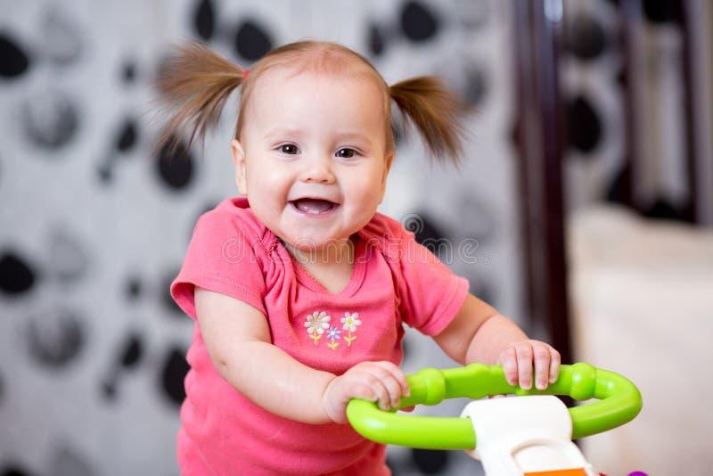 婴孩逗人喜爱了解走 免版税库存图片