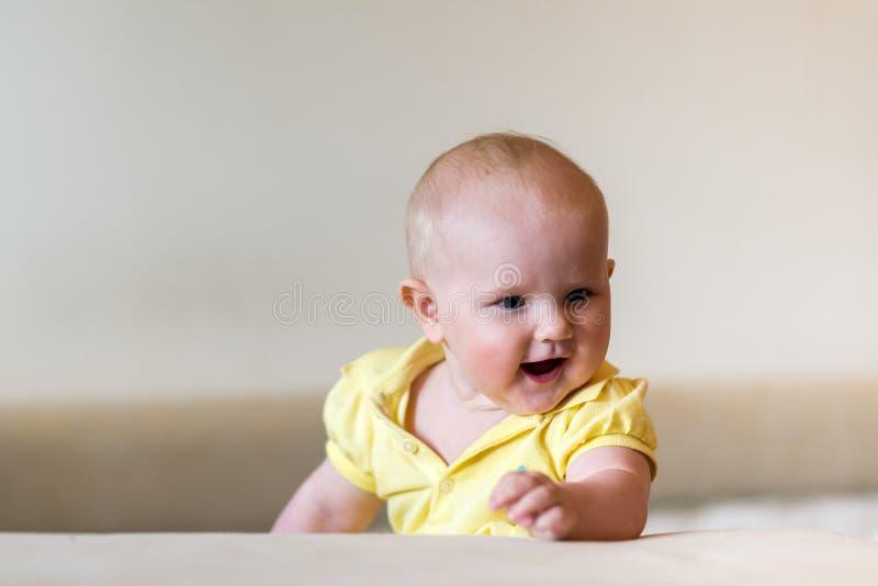 婴孩逗人喜爱的女孩一点 库存照片