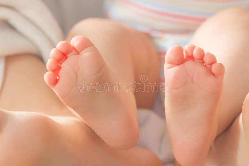 婴孩逗人喜爱的英尺 免版税图库摄影