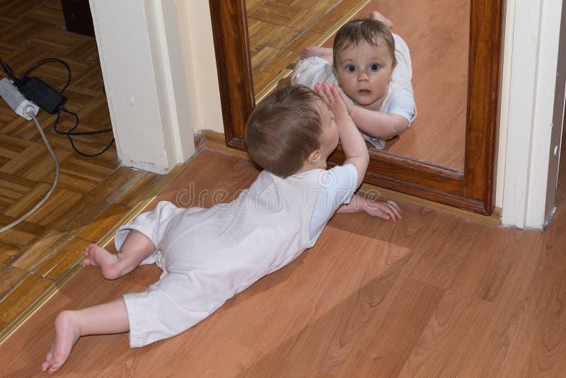 婴孩镜子 库存图片