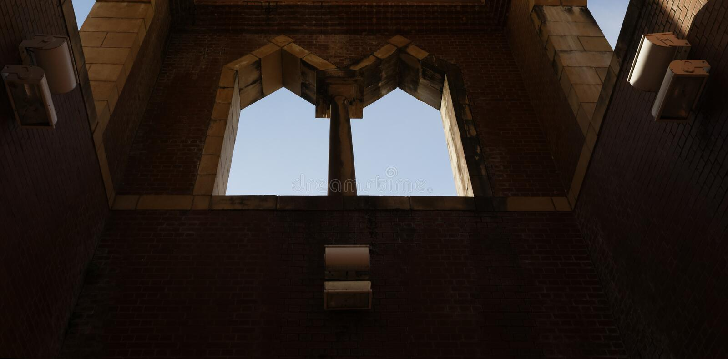 孪生被成拱形的Windows和天空以远 库存照片