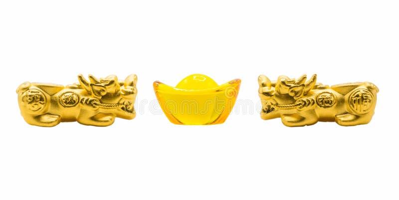 孪生金子Pixiu和黄色玻璃元bao古老中国金钱 免版税库存图片