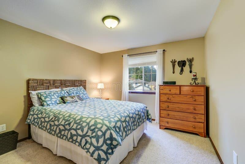 宁静的卧室吹嘘一块柳条床头板 库存照片