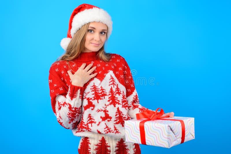 它为我?温暖的被编织的毛线衣的愉快的激动的快乐的妇女 库存图片