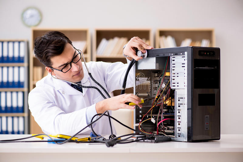 它修理打破的个人计算机台式计算机的技术员 免版税库存图片