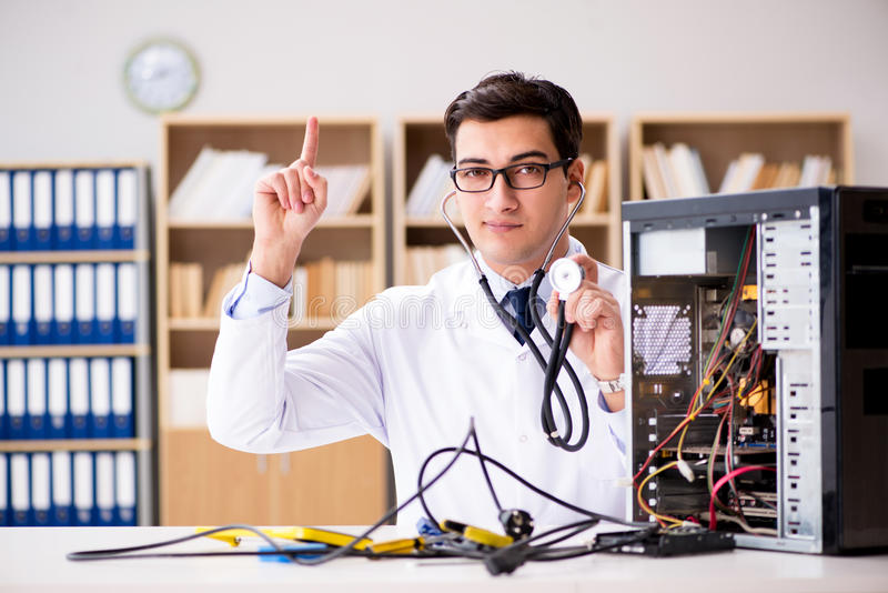 它修理打破的个人计算机台式计算机的技术员 库存照片