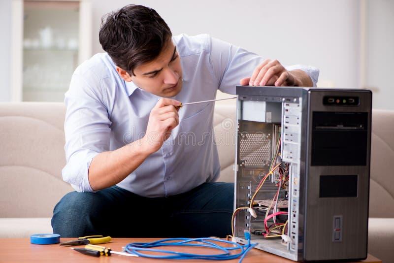 它修理打破的个人计算机台式计算机的技术员 图库摄影