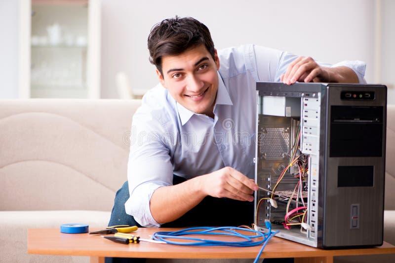 它修理打破的个人计算机台式计算机的技术员 免版税图库摄影