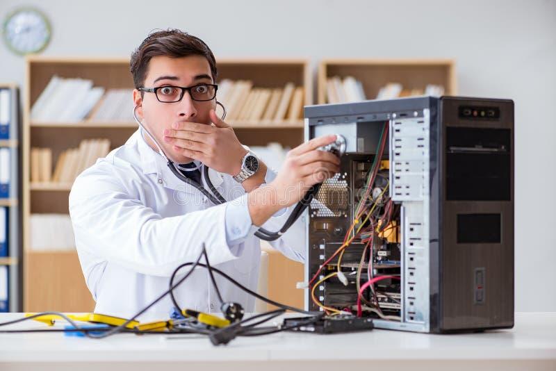 它修理打破的个人计算机台式计算机的技术员 库存图片