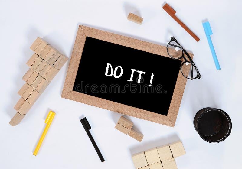 它在有办公室辅助部件的黑板发短信 企业刺激、启发概念、笔和笔匣,木刻 免版税库存图片