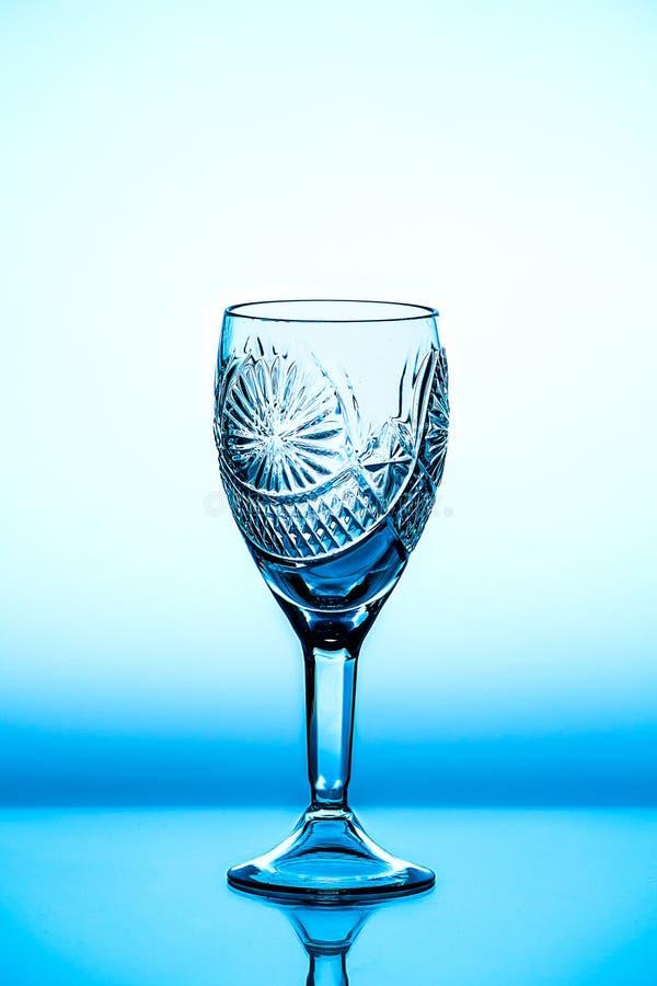 它在背景站立的玻璃葡萄酒杯 库存图片