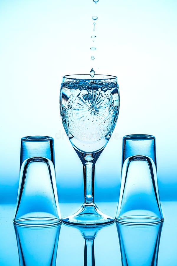 它在背景站立的玻璃葡萄酒杯 免版税图库摄影