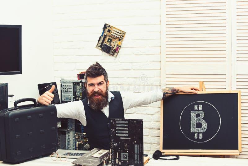 它大概最佳的成交 有胡子的人bitcoiner给赞许bitcoin现金 有胡子的商人开采的bitcoin 免版税库存图片