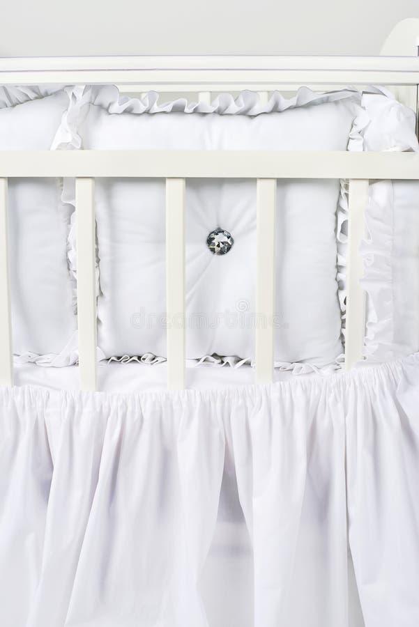 它容易的` s紧紧睡觉在床上喜欢此 免版税库存图片