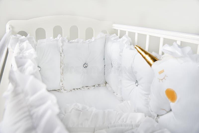 它容易的` s紧紧睡觉在床上喜欢此 免版税图库摄影