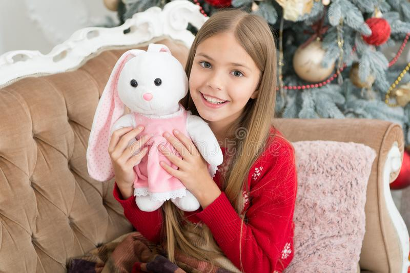 它很讨人喜欢 与软的玩具的小孩戏剧 小儿童愉快微笑与礼物 最佳的圣诞节玩具 芭蕾舞女演员一点 免版税库存图片