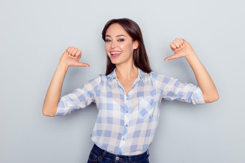 它是我!微笑的快乐的好少妇画象在控制中 免版税库存照片