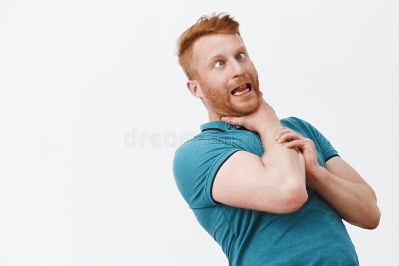 它轻声笑我 滑稽的无忧无虑和嬉戏的红头发人人画象有刺毛的,向后弯曲,当举行时 库存图片