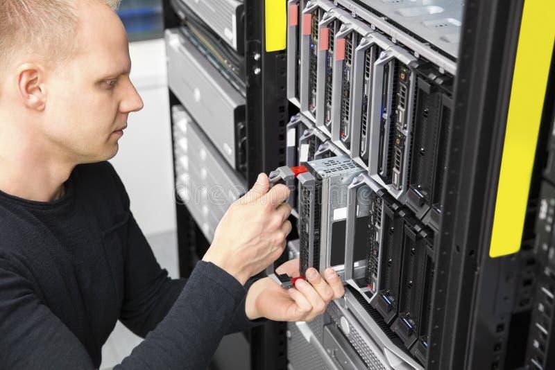 它顾问在datacenter安装刀片服务器 库存照片