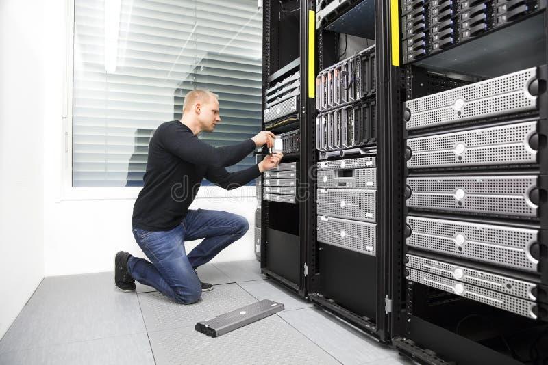它顾问替换harddrive在datacenter 免版税库存图片