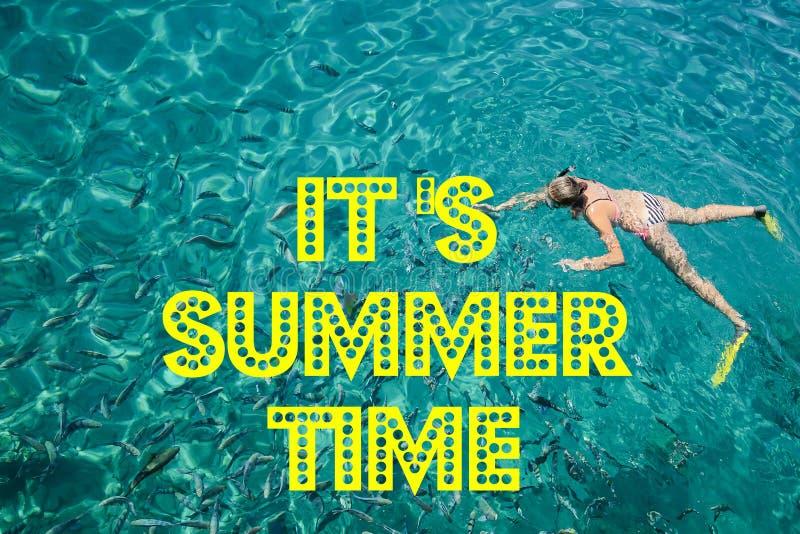 它` s与文本和被弄脏的沙子的夏时有海天空背景,夏日 免版税库存照片
