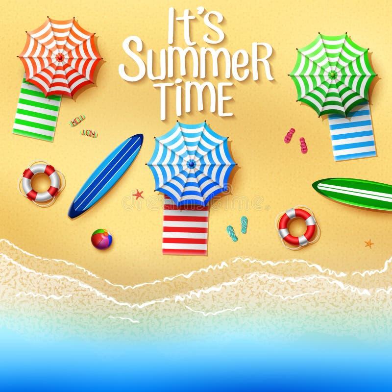 它` s夏时 顶视图在海滩的材料-伞、毛巾、冲浪板,球, lifebuoy,拖鞋和海星在晴朗 皇族释放例证